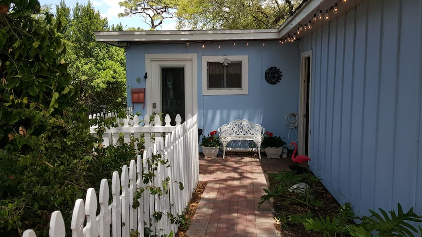 Pelican Cottage: In the Heart of Tarpon Springs