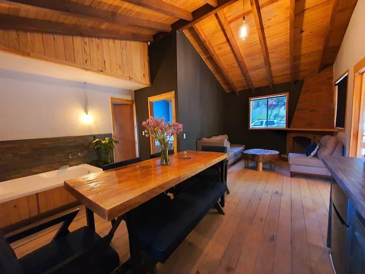 Nueva cabaña de madera a orilla del bosque