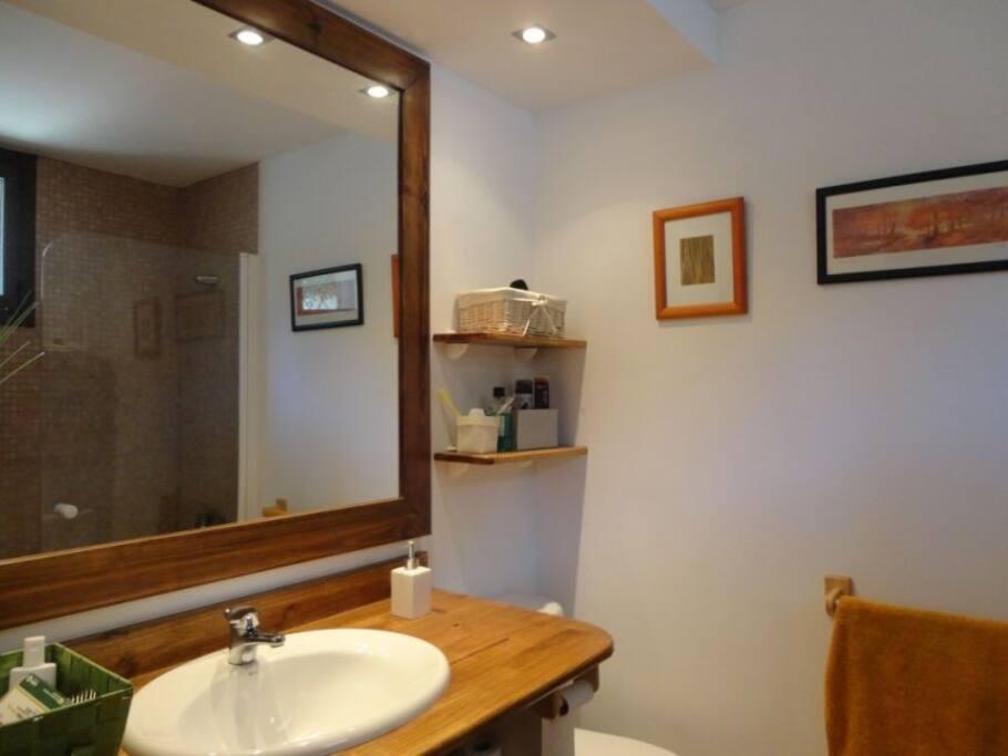 Baño con bañera en habitación principal