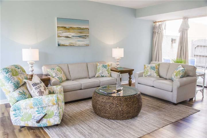 1251 Harbour Town Club | New Renovated | Walk to Dining & Shopping at Harbour Town | Complex Pool