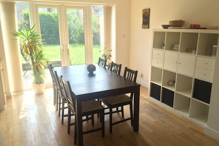 Cosy 3 bed house  (10 minutes from train station) - Hersham - 独立屋