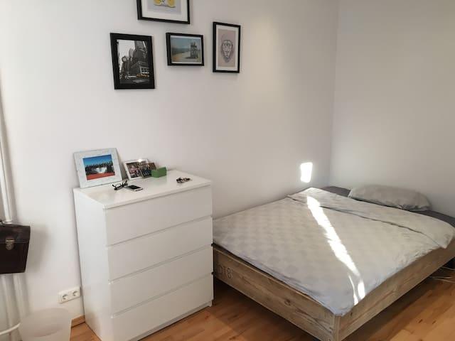 Dein Zimmer mit schönem großen Bett (140 cm)