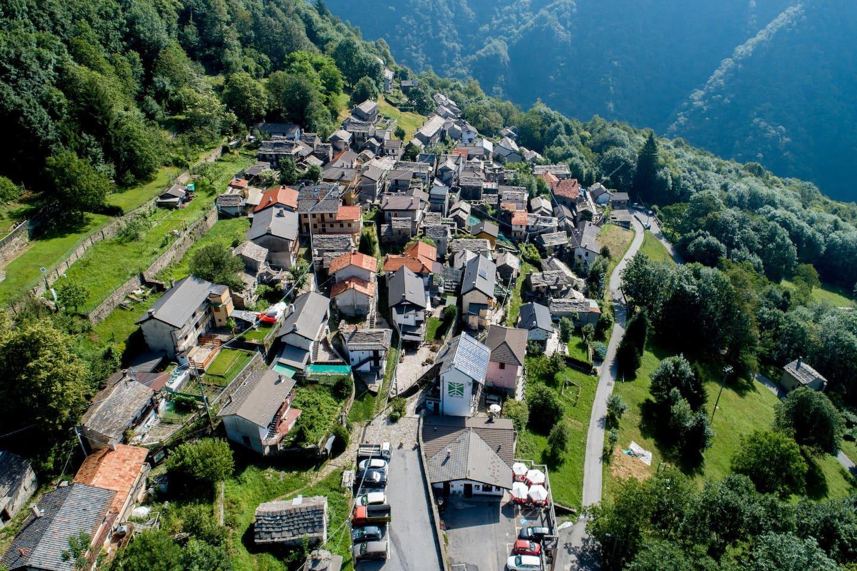 Il villaggio d Cicogna dall'alto.  Siamo proprio affacciati sulle montagne selvagge del Parco Nazionale ...