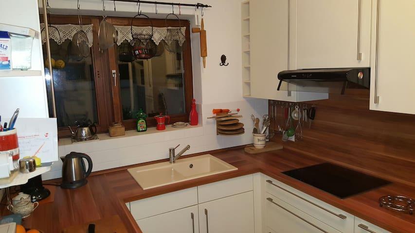 Ruhiges Zimmer mit TV, WLAN, Bad und Küche - Owschlag - Casa
