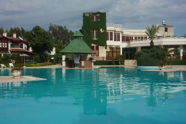 5 гектаров сада, огромный бассейн - Aksaz Köyü - Řadový dům