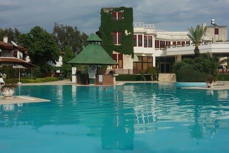 5 гектаров сада, огромный бассейн - Aksaz Köyü - Townhouse
