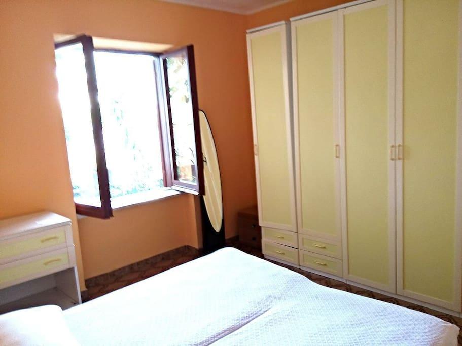 Camera matrimoniale.letto matrimoniale.la finestra affaccia su uni dei lati del giardino.