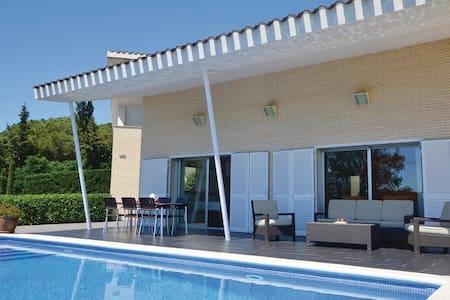 5 Bedrooms Home in Arenys de Munt #1 - Arenys de Munt - บ้าน