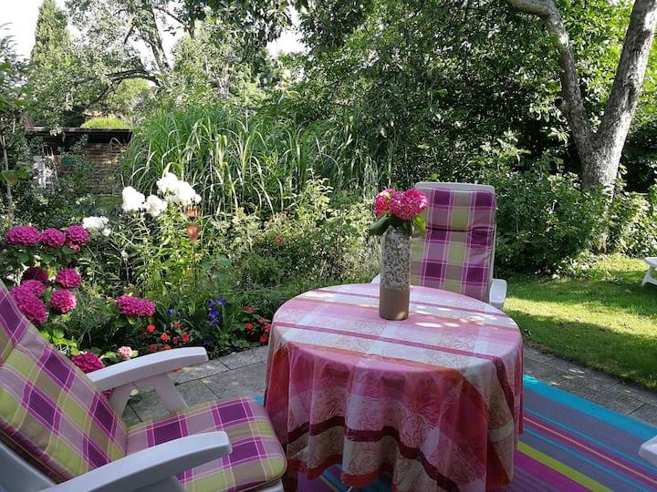 Ferienwohnung mit schöner Terrasse in Seenähe