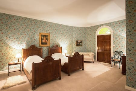 Large twin bedroom in historical country house - Wiltshire