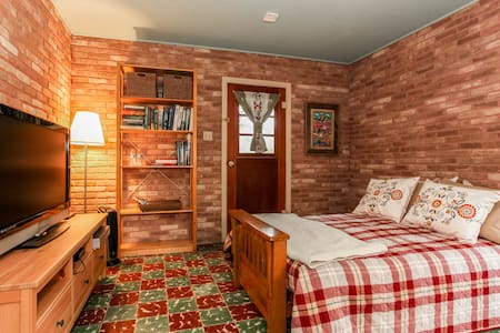 Guest Room in 1956 Ranch House - Kyle - Hus