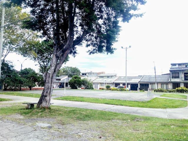 Vista fuera de la casa, es una zona muy tranquila, poco transitada por autos, con espacio para jugar badminton,  fútbol , etc  o solo salir a ver el atardecer : )