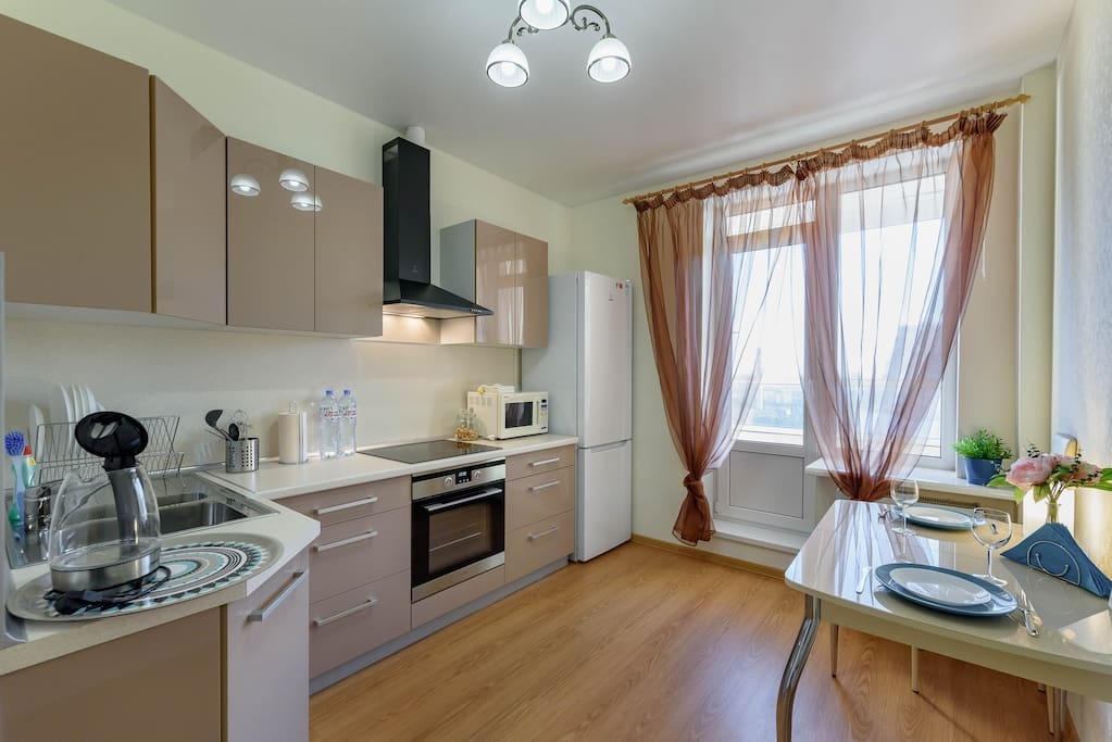 Просторная кухня со всем необходимым. Spacious kitchen with everything you need for cooking and serving delicious meals.