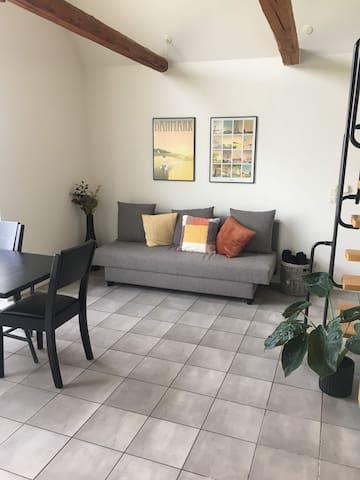 Stue med sovesofa og spisebord