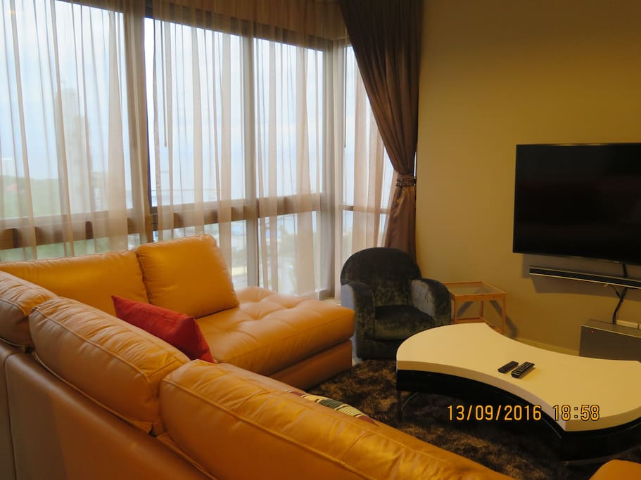 Living room with 230 degree view of Pattaya bay and Jomtien beach