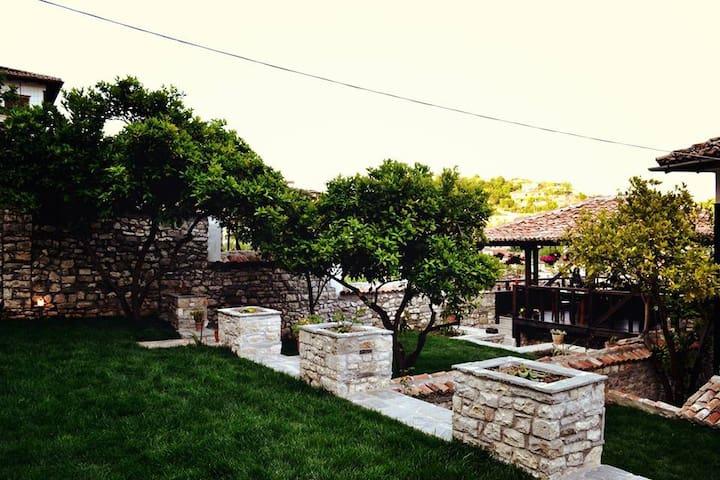 Hotel Belgrad Mangalem 303 - Berat - Bed & Breakfast