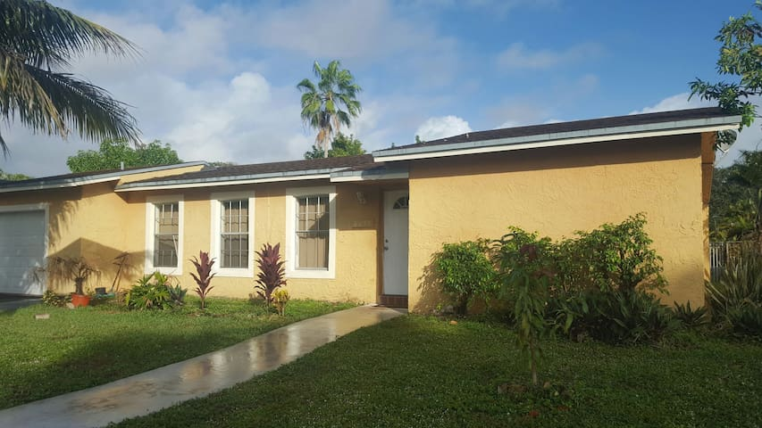 Pool Home - 25 mins from Beach - Lauderhill - Casa