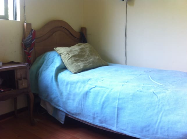 Una pieza con 2 camas de una plaza - Colina - Casa
