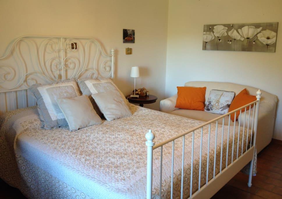 Camera da letto con armadio e divano - Bedroom with wide wardrobe and couch.