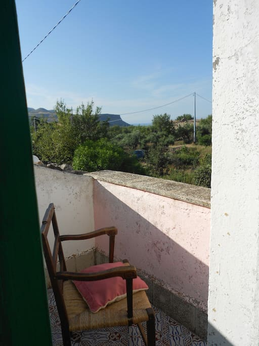 EBBENE SI'  L' ISOLA CHE SI VEDE E'  U S T I C A !!!  Dal terrazzino vista sulla campagna e sul mare ).