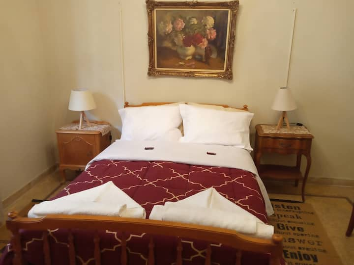 TRADITIONAL ROOM IN ATHENS T