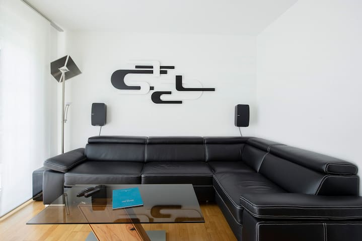 Living and Bedroom. Luxury convertible Sofa and best Sonos Soundsystem ready to use.