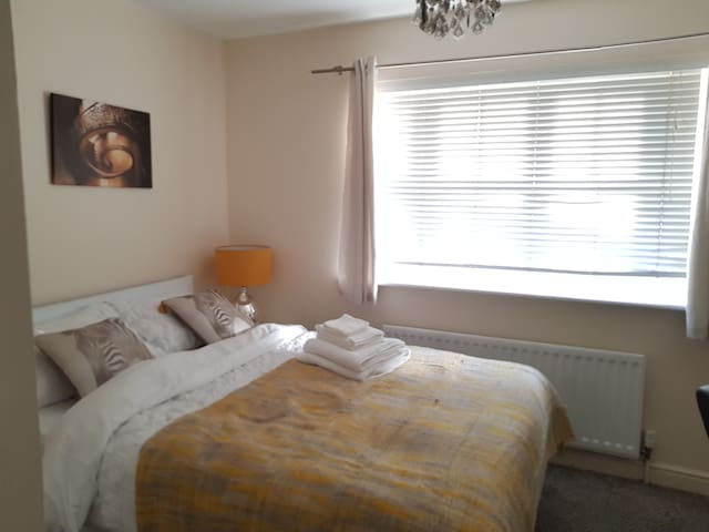 Cosy Room. 7min drive to Barking town centre