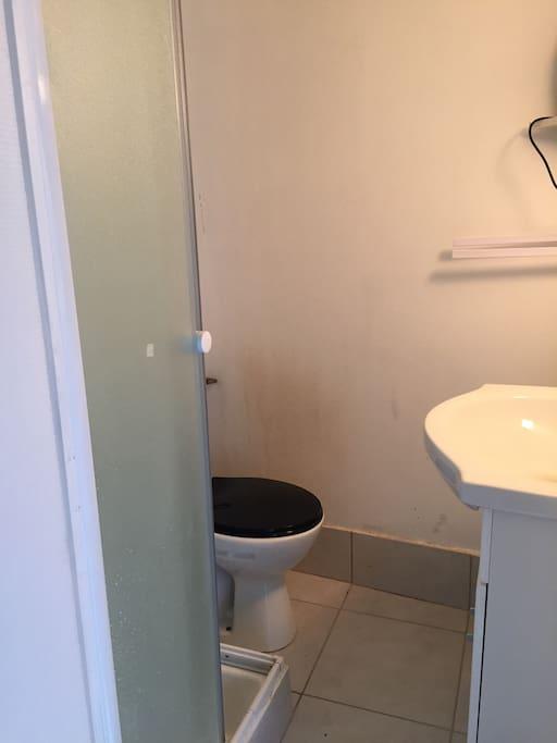 Cabine douche et toilettes