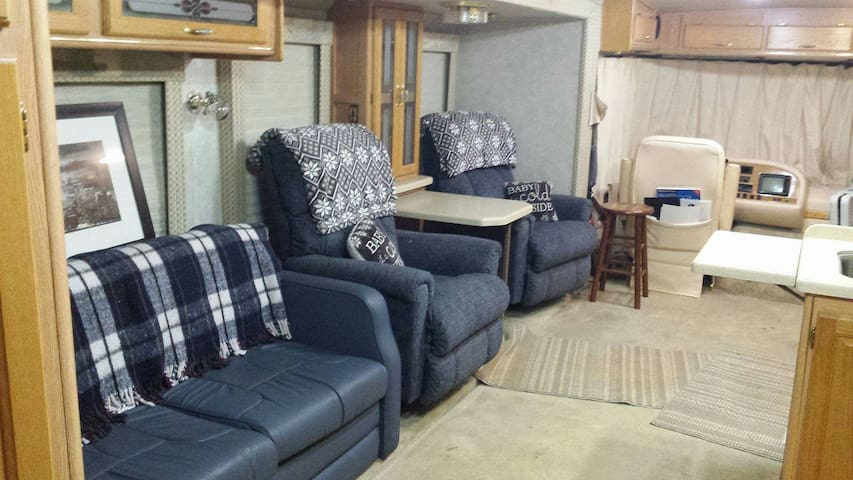 Comfy and cozy class A RV - Sweetwater - Camper/RV