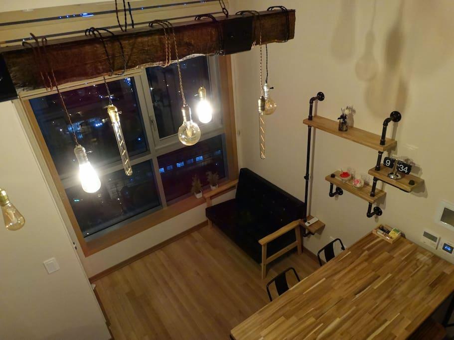 혹 빛이 밝다면 조명 수를 조절할 수도 있어요. 좀더 어두워져 주무실때 취침등으로도 사용하실수 있어요.
