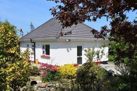Cozy Bungalow near Wexford Town, 15 mins Rosslare.