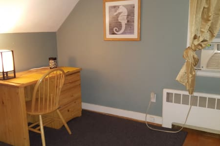 Clean Comfortable room - Very close to Downtown - West Hartford - Hus