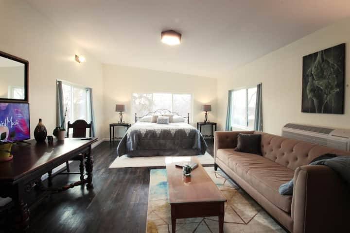 Canopy King-Suite w/ Coffee, 7 Minutes to Downtown