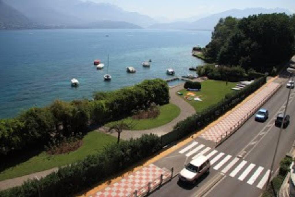 Plage privée vue de la résidence et piste cyclable autour du lac
