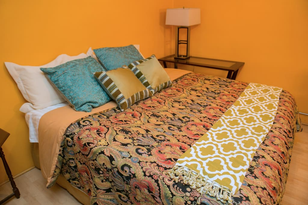 Huge king size pillow top bed with luxurious super soft Hotel quality bedding.