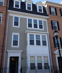 Elevator townhouse in Maple Lawn - Fulton - House