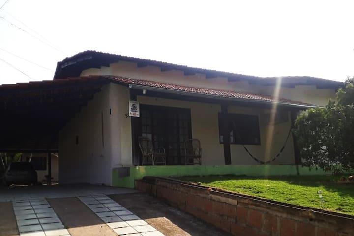 casa com garagem e muito espaço