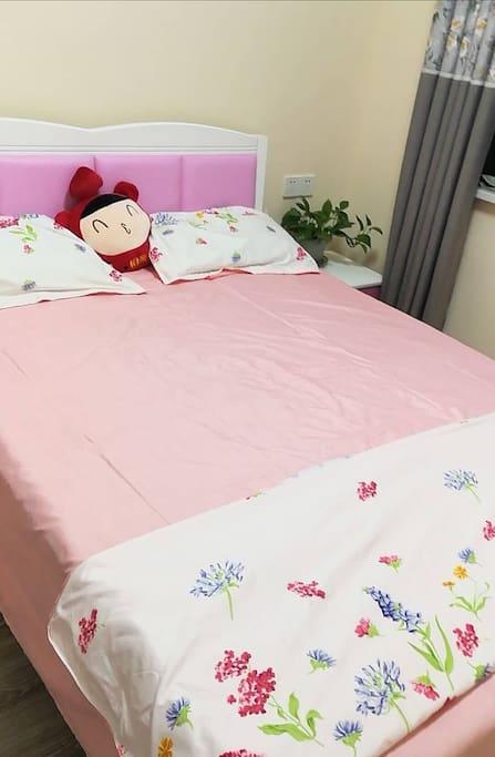 房间大床,床头柜。