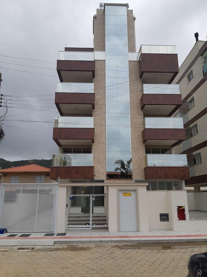 Apartamento novo a 70m da praia em Palmas, SC(301)