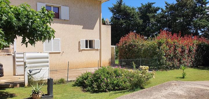 Loue T2 Lucciana résid calme grand jardin privé