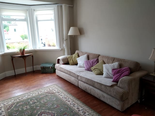 Cosy bright house with great links to Glasgow  :)
