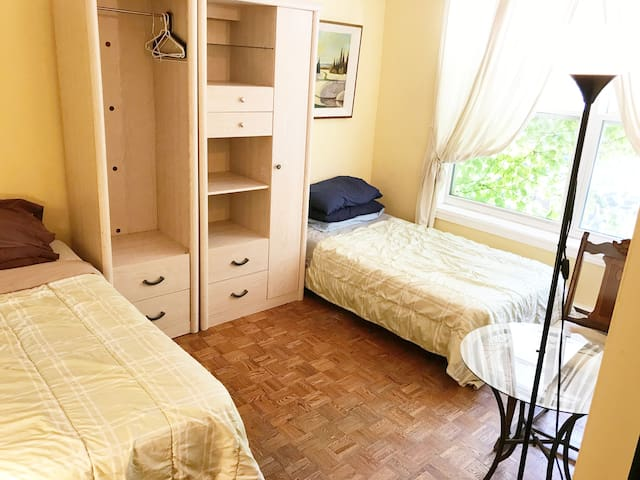 TWO BEDS, RIGHT DOWNTOWN ON QUEEN ST, PERFECT!!