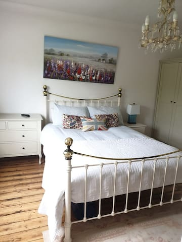 Spacious Bright Double Bedroom in Victorian Home