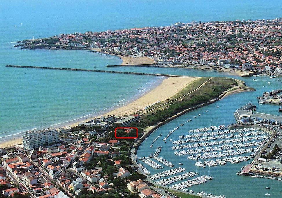 Vue sur le port de plaisance et la grande plage à 50 m de la maison