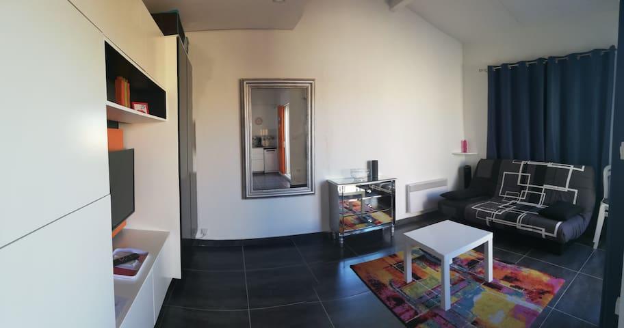 studio mezzanine avec terrasse et piscine
