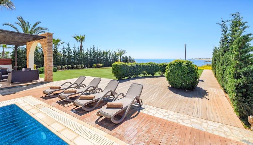 Villa Briony, luxury sea front