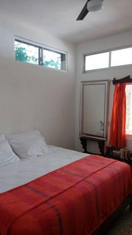 Habitación principal , cama king size , a/c, y ventilado de techo