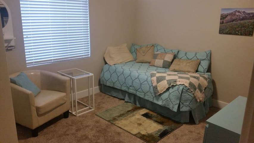 Private room perfect for single traveler to SLC - South Jordan - House