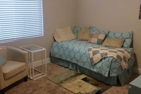 Private room perfect for single traveler to SLC - South Jordan - 獨棟