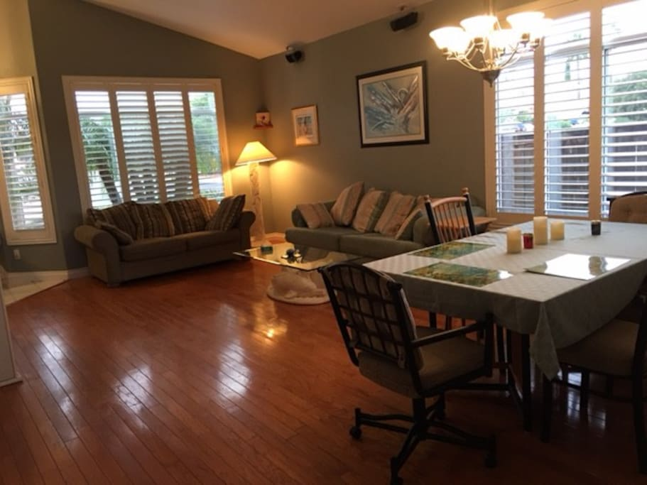 Large great room w/dining set